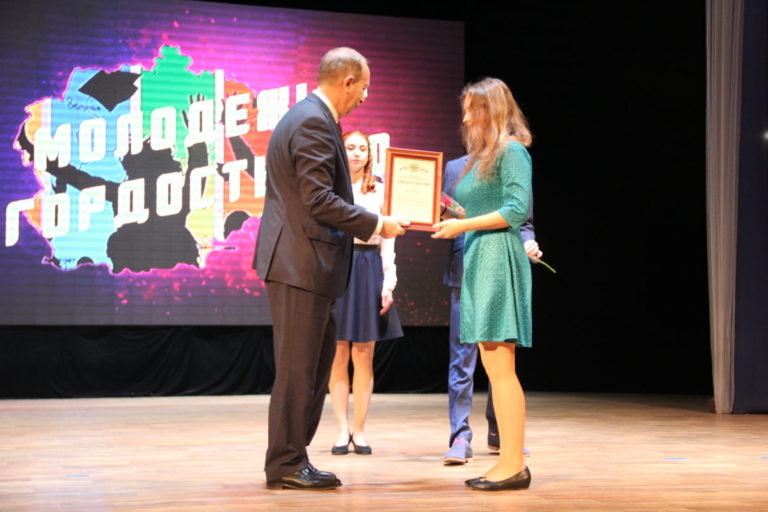 Губернатор Еврейской автономной области вручил премии студентам колледжа
