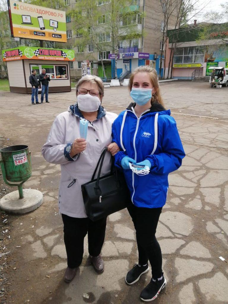 Волонтер колледжа Наталья Перемитина приняла участие в бесплатной раздаче масок населению города
