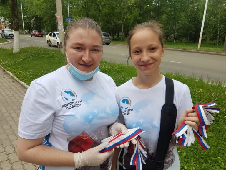 Волонтёры Победы поздравили жителей с Днём России!
