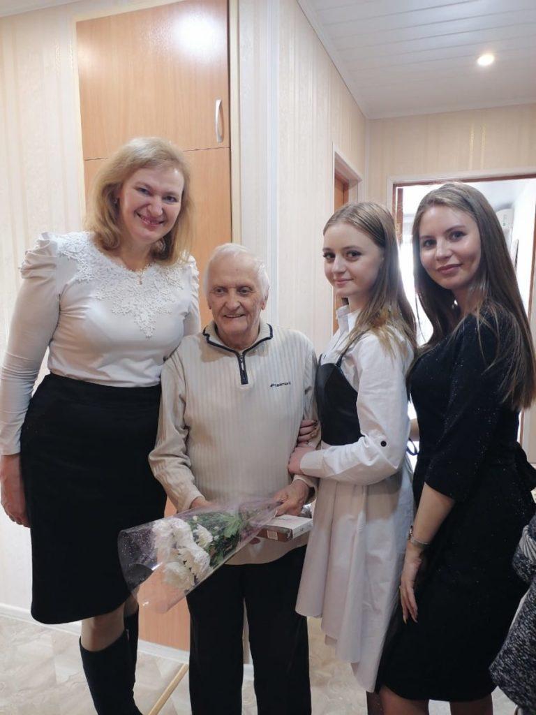 Ветеранов колледжа поздравили волонтеры с Днем работника культуры
